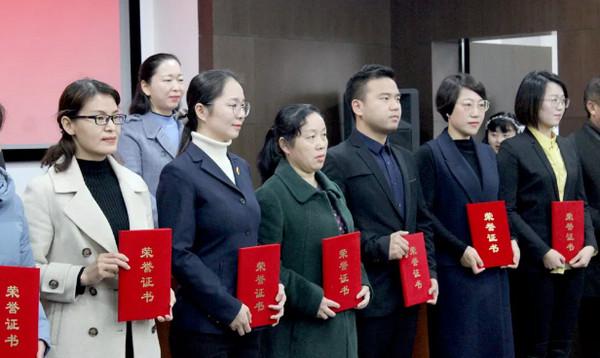 配图4 领导们为云和数据等8家单位颁发荣誉证书.jpg